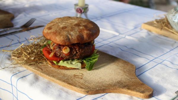 Ob der selbstgemachte Burger von Celine, Paul und Regina gut schmecken wird? | Rechte: ZDF/Oliver Landgraf