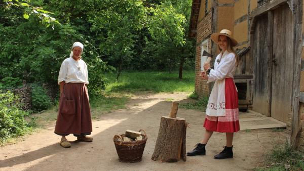 Damit Team Vergangenheit den Ofen zum Kochen heizen kann, muss Regina noch das Holz dafür hacken.   Rechte: ZDF/Oliver Landgraf