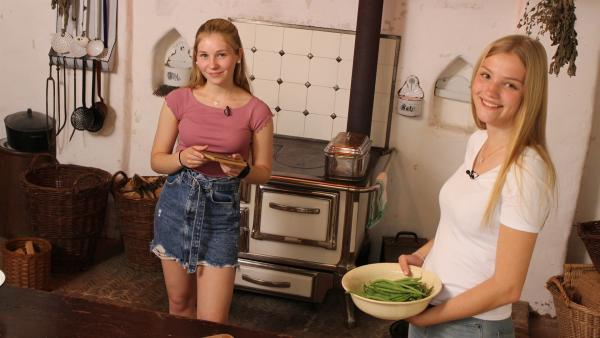 Das Rezept Saure Spatzen enthält auch grüne Bohnen. Celine (li.) und Regina (re.) fragen sich, wie das wohl schmecken wird? | Rechte: ZDF/Oliver Landgraf
