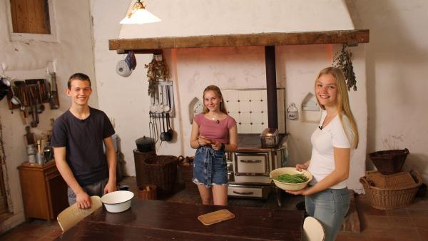 Welche Nudelgerichte hat man vor 100 Jahren gegessen? Paul, Celine und Regina bereiten aus Uromas Kochbuch Saure Spatzen zu. | Rechte: ZDF/Oliver Landgraf