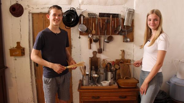 Welche Küchengeräte wohl für die Sauren Spatzen benötigt werden? Paul und Regina suchen die Küchengeräte heraus. | Rechte: ZDF/Oliver Landgraf