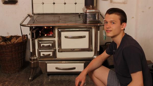 In der Küche der Vergangenheit kocht man noch mit Holzofen, Paul macht den Ofen für das Team an. | Rechte: ZDF/Oliver Landgraf