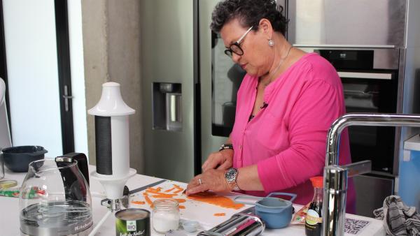 Die Senioren kochen Bolognese-Sauce aus gezupften Jackfruit. Uschi bereitet dafür die Linsen-Nudeln zu. | Rechte: ZDF/Oliver Landgraf