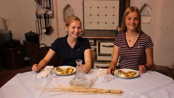 Das Essen ist fertig zubereitet, jetzt muss es nur noch probiert werden. Celine (li.) und Regina (re.) sind gespannt, wie es schmeckt. | Rechte: ZDF/Oliver Landgraf