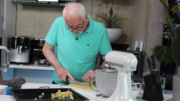 Der Kichererbsen-Teig ist abgekühlt. Jetzt kann Johann vom Team Zukunft daraus Pommes schneiden. | Rechte: ZDF/Oliver Landgraf