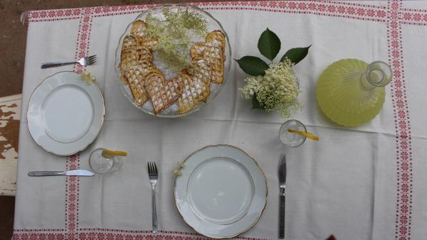 Alles ist angerichtet für die Testesser. Ob ihnen die Eierwaffeln und die selbstgemachte Holunderblütenlimo schmecken? | Rechte: ZDF/Oliver Landgraf
