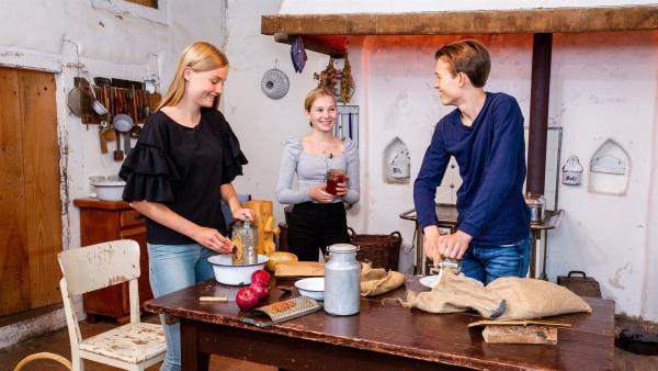 Die Haselnüsse und Äpfel für das Müsli haben Regina, Celine und Paul im Tante-Emma-Laden bekommen. | Rechte: ZDF/Oliver Landgraf