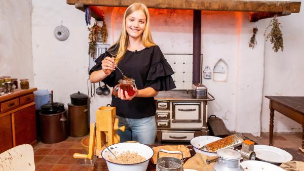 Regina gibt für das Müsli noch Honig in die Schüssel. | Rechte: ZDF/Katja Inderka