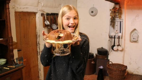 Das Rühren hat sich gelohnt, Regina ist begeistert vom selbstgemachten Schokoladen-Pudding. | Rechte: ZDF/Oliver Landgraf