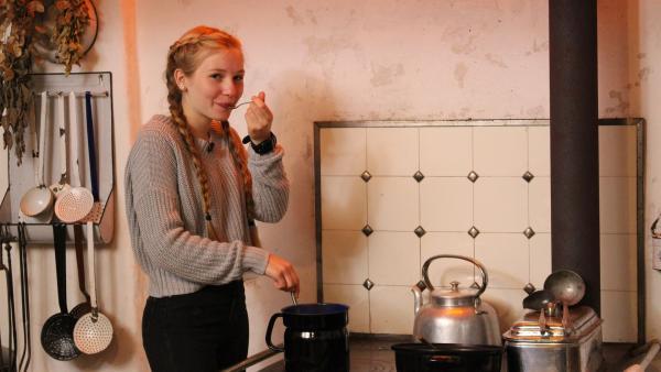 Celine probiert die selbstgemachte warme Puddingmasse! | Rechte: ZDF/Oliver Landgraf