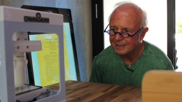 Die Senioren stellen die Schokobecher-Deko mit einem 3D-Drucker her. Ob sie diesen auch richtig bedienen können? | Rechte: ZDF/Oliver Landgraf