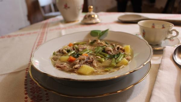 Ob die selbstgemachte Reste-Suppe von Celine, Paul und Regina gut schmecken wird? | Rechte: ZDF/Oliver Landgraf
