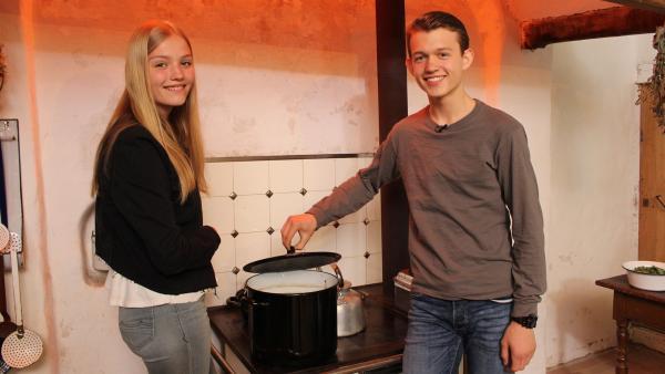 Regina und Paul checken die Suppe auf dem Ofen. | Rechte: ZDF/Oliver Landgraf