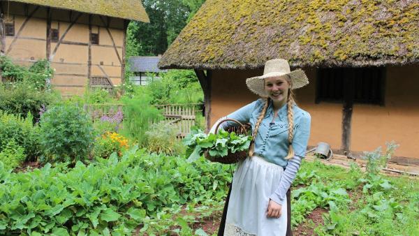 Verfeinert wird die Suppe mit frischem Kräutern, die Celine aus dem Garten holt. | Rechte: ZDF/Oliver Landgraf