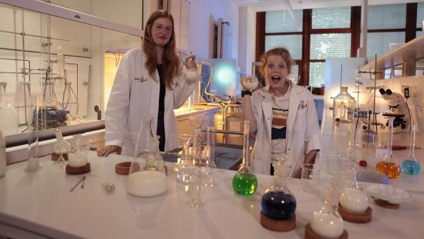 Lebensmittelchemikerin Viktoria Ganß und Ole im Labor | Rechte: rbb/Arno Canzler