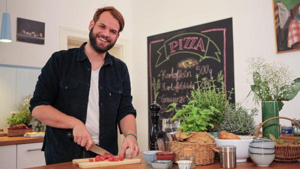 Koch Felix Denzer zeigt, wie man eine Pizza selbst zubereiten kann. | Rechte: rbb/André Schmidtke