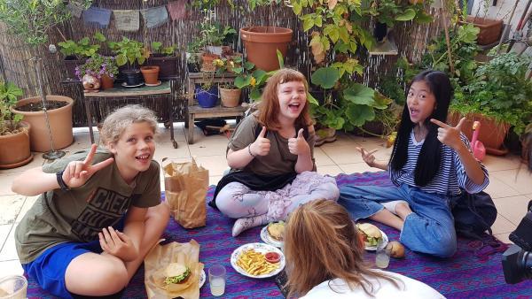 Ole, Elisabeth und Nhung wollen zusammen herausfinden, was ein Hamburger so in sich hat. | Rechte: rbb/Stefanie Fleischmann