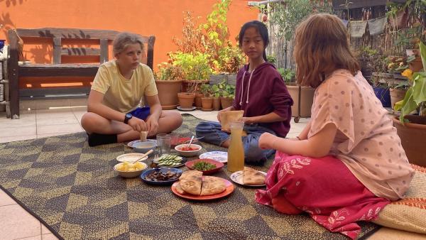 Ole, Nhung und Elisabeth beim Frühstück auf der Terrasse | Rechte: rbb/Clara Bergener