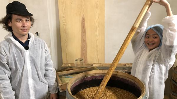 Nhung und Markus fermentieren Sojabohnen. | Rechte: rbb/Silvia Palmigiano