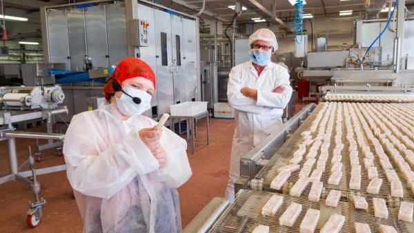 Elisabeth besucht eine Fischstäbchenfabrik. | Rechte: rbb/André Schmidtke