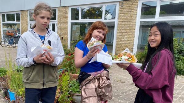 Ole, Elisabeth und Nhung lassen sich ihren Döner schmecken. | Rechte: rbb/André Schmidtke