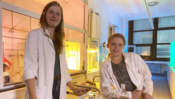 Ole und Lebensmittelchemikerin Viktoria Ganß im Labor | Rechte: rbb/André Schmidtke