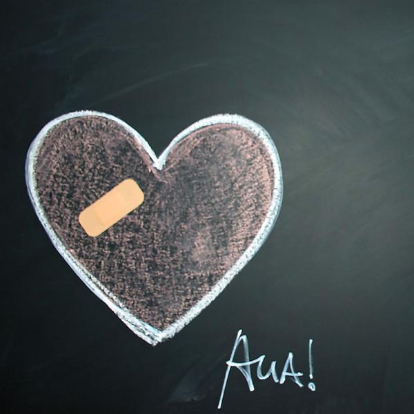 Du bist verliebt in jemanden, weißt aber nicht, wie du ihm das sagen sollst? Oder vielleicht ist es auch, dein bester Freund und du hast Angst, dass eure Freundschaft deswegen kaputt geht? Vielleicht bist du aber gerade auch glücklich verliebt, doch irgendwas beschäftigt dich? | Rechte: KiKA/Anne C. Brantin