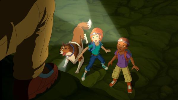 Lassie und die Kinder wurden auf der Suche nach dem Schatz heimlich verfolgt. | Rechte: ZDF/Classic Media/DC Entertainment/Superprod