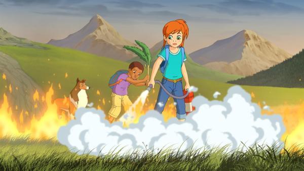 Zoe und Harvey versuchen das Feuer zu löschen, das durch einen Blitzschlag verursacht wurde. | Rechte: ZDF/Classic Media/DC Entertainment/Superprod