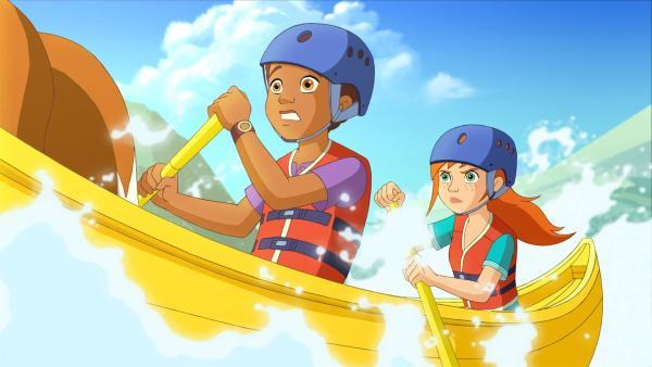Zoe und Harvey sind in ihrem Kanu in eine heftige Strömung geraten. | Rechte: ZDF/Classic Media/DC Entertainment/Superprod