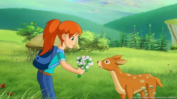 Zoe hat das perfekte Lockmittel für das Hirschkalb gefunden: Blumen. | Rechte: ZDF/Classic Media/DC Entertainment/Superprod