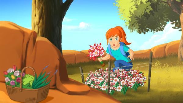 Zoe wird von Frances entdeckt, als sie heimlich Blumen aus ihrem Garten pflücken will. | Rechte: ZDF/Classic Media/DC Entertainment/Superprod