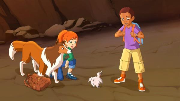 Zoe (li.) und Harvey (re.) sind heilfroh, dass dem Kondorbaby nichts passiert ist.  | Rechte: ZDF/Classic Media/DC Entertainment/Superprod