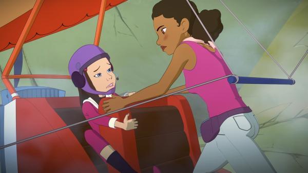 Samantha (l.) ist mit dem Motordrachen abgestürzt. Beth befreit sie aus einer gefährlichen Situation. | Rechte: ZDF/Superprod/ZDFE