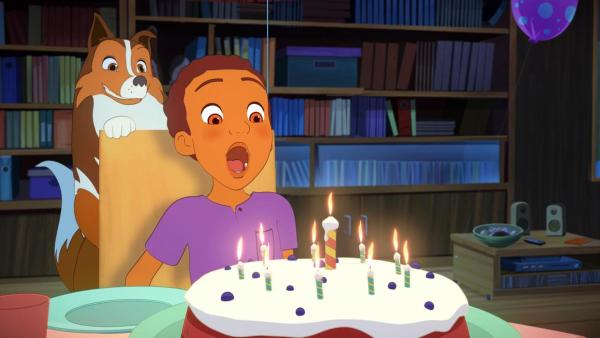 Harvey is im Begriff, die Kerzen auf seinem Geburtstagskuchen auszupusten. Lassie schaut über seine Schulter. | Rechte: Superprod, ZDF, ZDFE