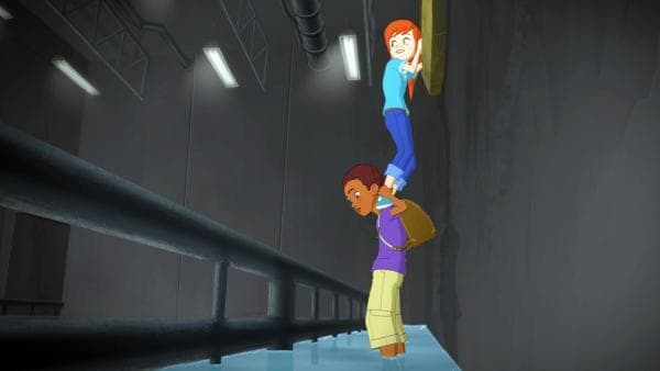 Harvey hat Zoé auf den Schultern, sie versucht, an etwas dranzukommen. Die Beiden stehen in einem unterirdischen Gang. | Rechte: Superprod, ZDF, ZDFE