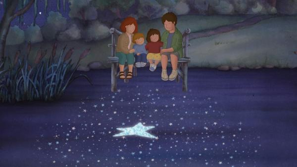 Laura,  Tommy und ihre Eltern beobachten, wie sich der Stern im See spiegelt. | Rechte: ZDF/Baumhaus Medien AG