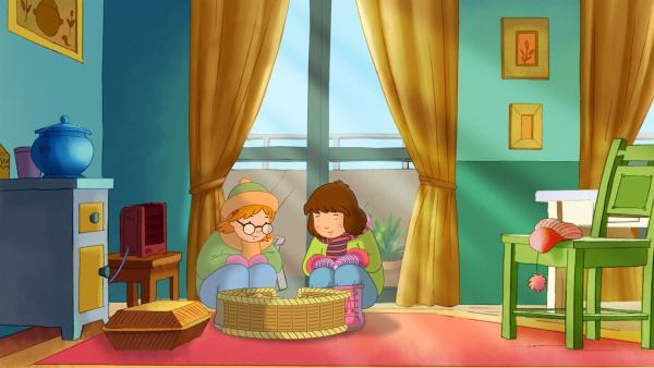 In der Wohnung der Nachbarin Frau Giese dürfen sich Sophie und Laura deren junge Kätzchen ansehen.   Rechte: ZDF/Mondo tv/ZDF-E