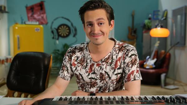 """""""Leider lustig"""" ist eine Sketch-Comedy für Kinder, in der Youtube-Star Marti Fischer regelmäßig aus dem Rahmen fällt. Der Stimmenimitator, Musiker, Synchronsprecher, Nie-Stillsitzer und Quatschmacher Marti Fischer kennt den Kosmos der Kinder und Jugendlichen.   Rechte: ZDF/Ralf Jürgens"""