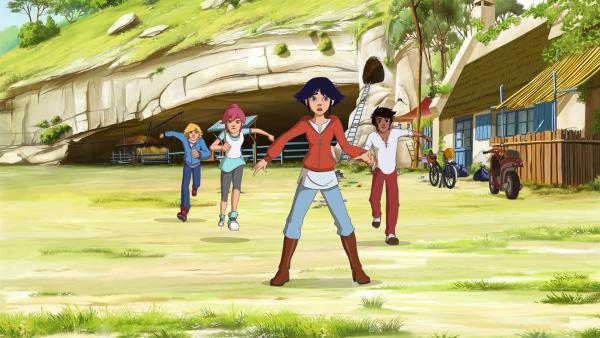 Lena (Mi.) kann es nicht glauben: Die Ranch soll aufgelöst werden. Nico (li.), Anna (2.v.li.) und Angelo (re.) stehen ihr bei. | Rechte: hr/Télé Images