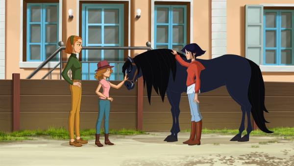 Lena (re.) versucht der kleinen Margot und ihrer Mutter klarzumachen, dass Pferd Mistral nicht ihnen gehört. | Rechte: hr/Télé Images