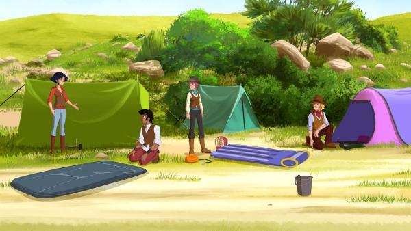 Beim Zelten: (v.l.) Lena, Angelo, Anna und Nico.   Rechte: hr/Télé Images