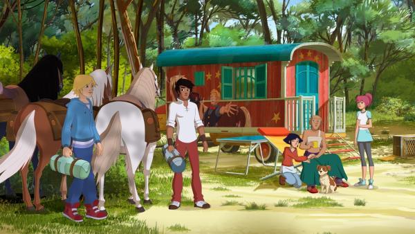 (v.l.:) Nico, Angelo, Lena, Clown Pakito und Anna. Pakito wird versorgt, weil er stürzte, als sein Pferd Söckchen gestohlen wurde. | Rechte: hr/Télé Images
