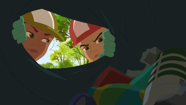 Vina (li.) und Samantha tricksen beim Waldsäubern. | Rechte: hr/Télé Images