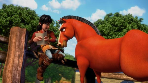 Leo studiert ein Pferd. | Rechte: hr/2020 Grupo Alcuni