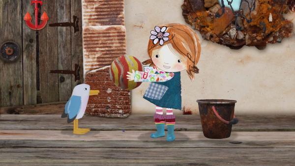 Lily findet in der Schiffshütte einen Schaumgummiball.   | Rechte: KiKA/Sixteen South