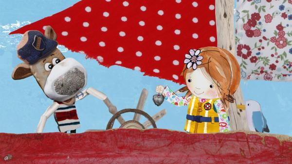 Lily zeigt Salty den Herz-Anhänger, den sie am Strand gefunden hat.   Rechte: KiKA/Sixteen South