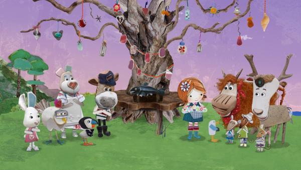 Lily und ihre Freunde haben sich versammelt, um dem alten Rabenschwanz Lebewohl zu sagen.  (Von links nach rechts: Flöckchen, Henne Jette, Nonna, Puffin, Salty, Lily, Pelle, Barne, die Quietsche-Mäuse, Lord von Hirsch) | Rechte: KiKA/Sixteen South