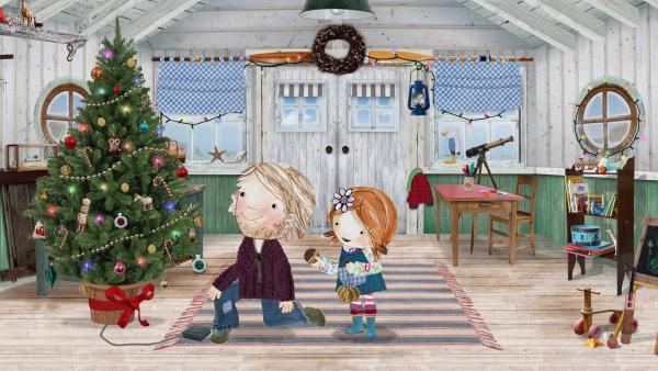Papa und Lily schmücken den Weihnachtsbaum.  | Rechte: KiKA/Sixteen South