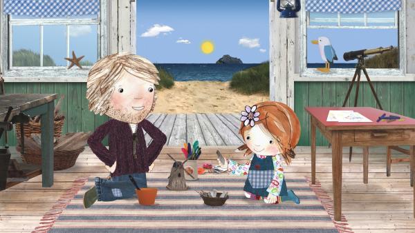 Lily und Papa basteln eine Windmühle aus Strandschätzen. | Rechte: KiKA/Sixteen South